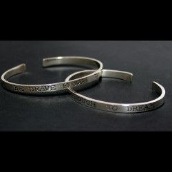 "Esclaves ""Be brave enough to dream"" en plata de llei"